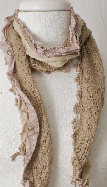 Vintage by Fé - Tunn sjal med sandfärgad spets